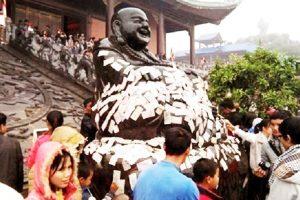 Nhét Tiền Vào Tượng Phật Và Sự Khủng Hoảng Về Tâm Linh Của Người Việt